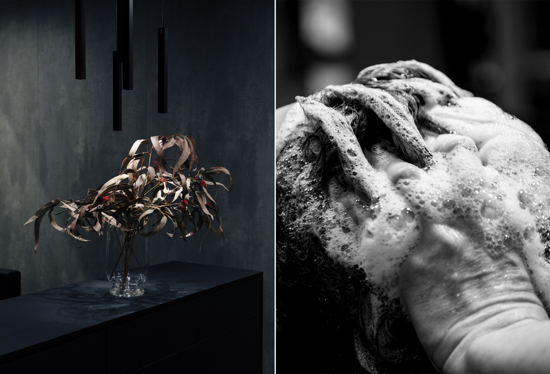 Visualisierung der Bildwelt: Eine Blumenvase gefüllt mit bräunlichen Blätterstängeln und kleinen runden roten Blüten. Steht auf einer schwarzen Theke vor einem Dunkelgrauen, verwaschenen Hintergrund. Rechts eine Schwarzweiss-Nahaufnahme von zwei Händen beim Waschprozess im schäumenden Haar.