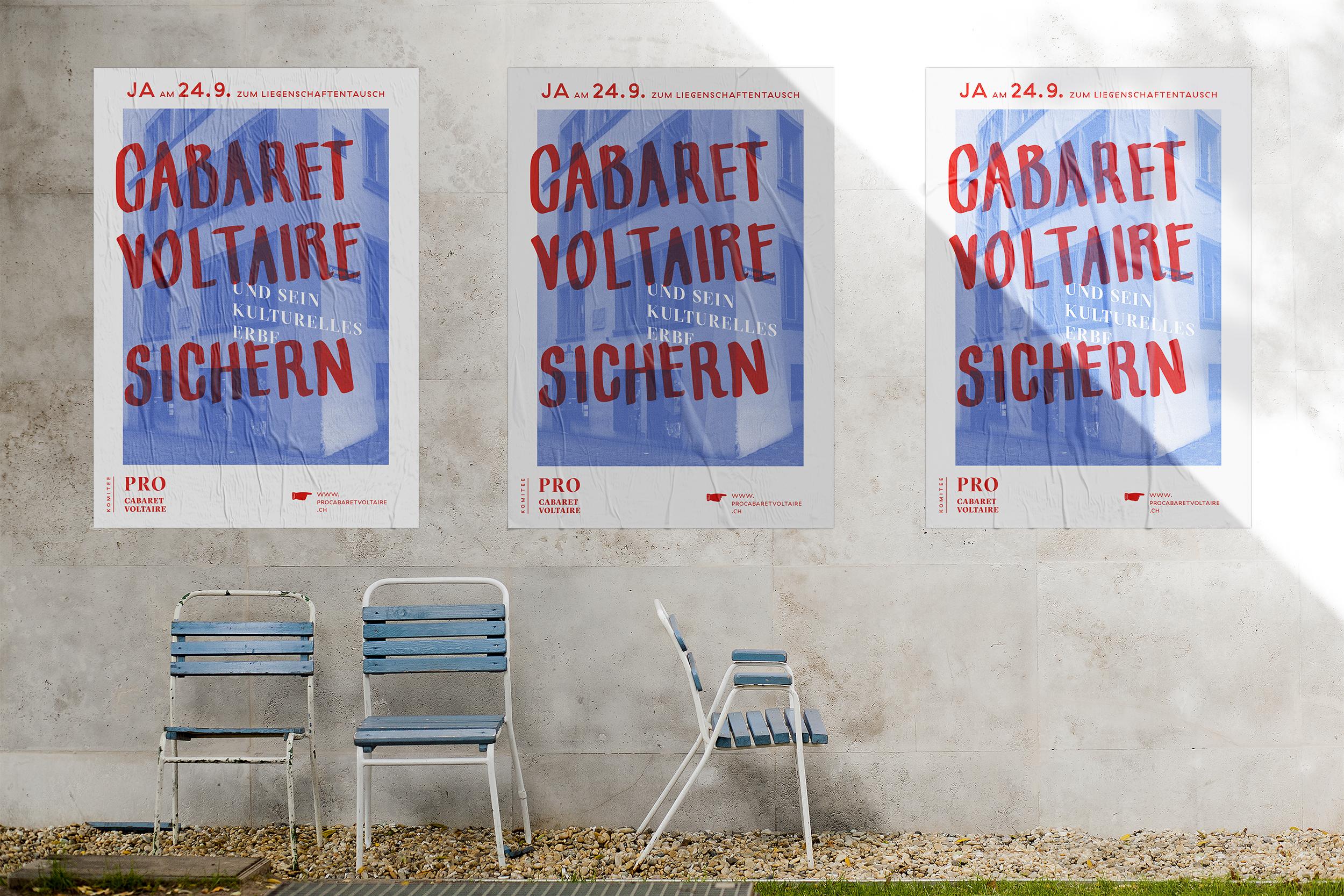 Drei Poster im Design der Abstimmungskampagne an einer Hauswand.