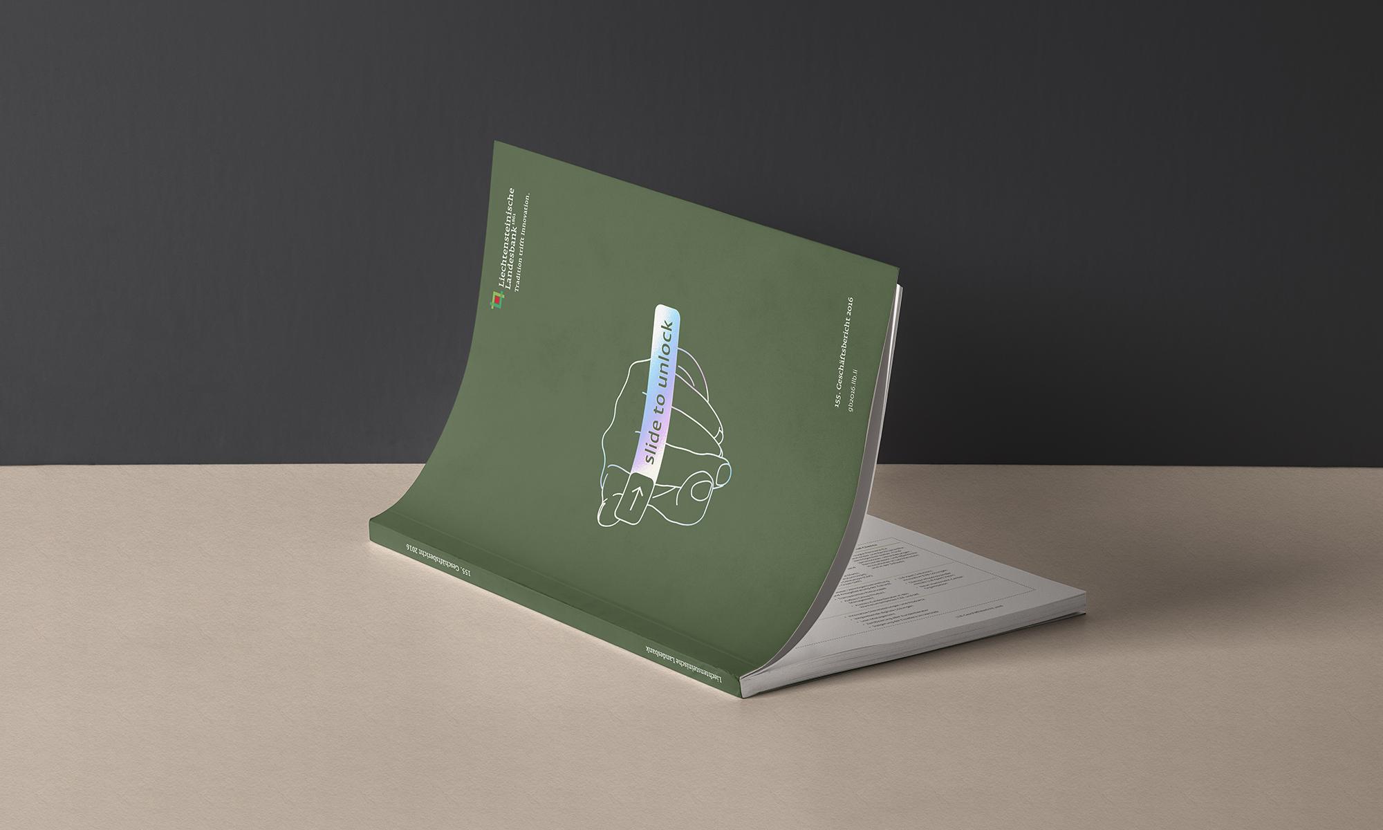 """Aufgeschlagener Geschäftsbericht. Grünes Cover mit der Linien-Zeichnung einer Hand, die über den iPhone-Button """"slide to unlock"""" fährt. Die Illustration ist mit einer glänzenden Regenbogen-Folie hinterlegt."""